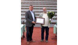 Read more: Mircia Gutău i-a înmânat preşedintelui UAP Vâlcea, Gheorghe Dican, Diploma de Cetăţean de Onoare al municipiului