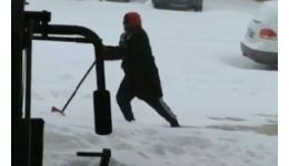 Read more: Un tip din Kentucky încearcă să îndepărteze zăpada și este filmat de mama lui. Acum, râde de el tot netul