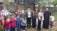 Copii din comuna vâlceană Popești cântând despre eroii României. Un VIDEO de azi care poate va fi interzis mâine