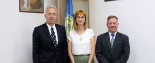 Americanii testează noua maşină de tuns iarba în curtea României