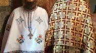 Îngrijoraţi de nepăsare, doi tineri preoţi se roagă pentru referendum